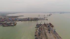 Puerto del cargo y del pasajero en Surabaya, Java, Indonesia almacen de video