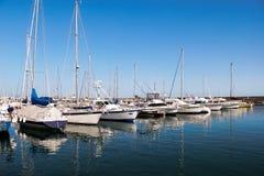 PUERTO DEL CARMEN, LANZAROTE/SPAIN - 10 AOÛT : Yachts et moto Image libre de droits