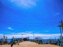 Puerto del hombre del pescador del paisaje con el cielo azul foto de archivo