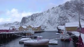 Puerto del invierno para los botes pequeños en Noruega metrajes