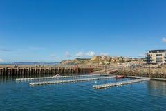 Puerto del oeste Dorset de la bahía con vista al casquillo de oro en la costa jurásica Imágenes de archivo libres de regalías
