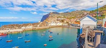Puerto del panorama de Camara de Lobos, Madeira con los barcos de pesca Imagen de archivo libre de regalías