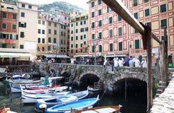 Puerto del pueblo pesquero Camogli, Italia Fotos de archivo
