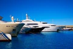 Puerto del puerto deportivo de Denia en Alicante España con los barcos Imágenes de archivo libres de regalías