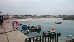 Puerto deportivo cerca del faro en Donaghadee Foto de archivo libre de regalías