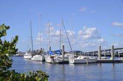 Puerto deportivo con el puente en fondo foto de archivo libre de regalías