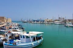 Puerto deportivo con los barcos en la ciudad Imagen de archivo