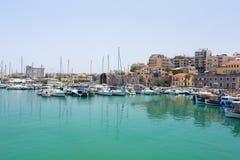 Puerto deportivo con los barcos en la ciudad Fotos de archivo
