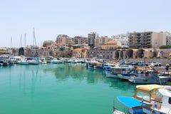 Puerto deportivo con los barcos en la ciudad Fotografía de archivo libre de regalías
