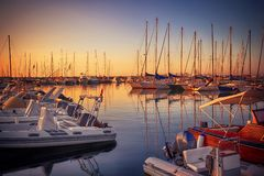 Puerto deportivo con los yates atracados en la puesta del sol Foto de archivo libre de regalías