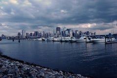 Puerto deportivo con una vista del horizonte de NYC imágenes de archivo libres de regalías