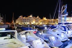 Puerto deportivo de Benalmadena en la noche imagen de archivo