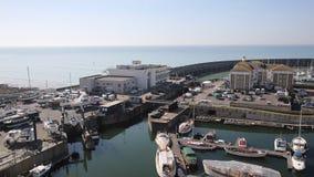 Puerto deportivo de Brighton con la cacerola elevada tiempo hermoso almacen de video