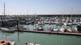 Puerto deportivo de Brighton con los barcos y los yates en cacerola hermosa del tiempo