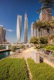 Puerto deportivo de Dubai con los barcos contra rascacielos en Dubai, United Arab Emirates Imagen de archivo