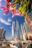 Puerto deportivo de Dubai con los barcos contra rascacielos en Dubai, United Arab Emirates Imagenes de archivo