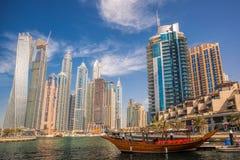 Puerto deportivo de Dubai con los barcos contra rascacielos en Dubai, United Arab Emirates Imagen de archivo libre de regalías