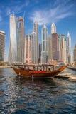 Puerto deportivo de Dubai con los barcos contra rascacielos en Dubai, United Arab Emirates Imágenes de archivo libres de regalías