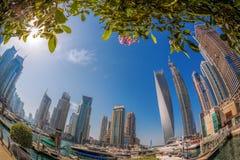 Puerto deportivo de Dubai con los barcos contra rascacielos en Dubai, United Arab Emirates Foto de archivo libre de regalías