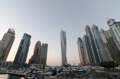 Puerto deportivo de Dubai con los edificios famosos de la señal la torre que tuerce Fotografía de archivo