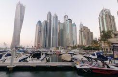 Puerto deportivo de Dubai con los edificios famosos de las señales que tuercen la torre Imagen de archivo