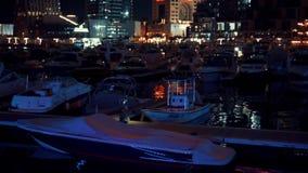 Puerto deportivo de Dubai con los rascacielos y los yates en Dubai, United Arab Emirates almacen de metraje de vídeo