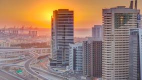 Puerto deportivo de Dubai con puesta del sol colorida en el timelapse aéreo de Dubai, United Arab Emirates almacen de metraje de vídeo