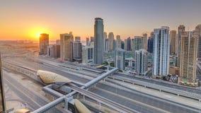 Puerto deportivo de Dubai con puesta del sol colorida en el timelapse aéreo de Dubai, United Arab Emirates metrajes