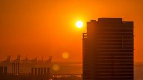 Puerto deportivo de Dubai con puesta del sol colorida en el timelapse aéreo de Dubai, United Arab Emirates almacen de video