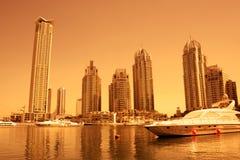 Puerto deportivo de Dubai durante puesta del sol Imágenes de archivo libres de regalías