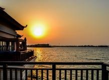 Puerto deportivo de Dubai durante puesta del sol Imagenes de archivo