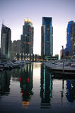 Puerto deportivo de Dubai en el crepúsculo imagen de archivo libre de regalías