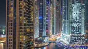 Puerto deportivo de Dubai en el timelapse de la noche, las luces que brillan y los rascacielos más altos almacen de metraje de vídeo