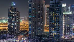 Puerto deportivo de Dubai en el timelapse de la noche, las luces que brillan y los rascacielos más altos metrajes