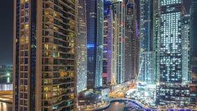 Puerto deportivo de Dubai en el timelapse de la noche, las luces que brillan y los rascacielos más altos almacen de video