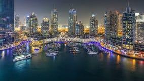 Puerto deportivo de Dubai en el timelapse de la noche, las luces que brillan y los rascacielos más altos durante una tarde clara almacen de metraje de vídeo