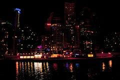 Puerto deportivo de Dubai en la noche Fotos de archivo