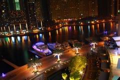 Puerto deportivo de Dubai en la noche imagenes de archivo