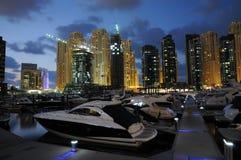 Puerto deportivo de Dubai en la noche Fotografía de archivo