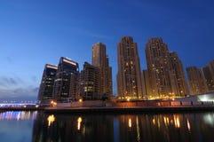 Puerto deportivo de Dubai en la oscuridad Foto de archivo