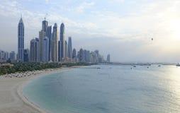Puerto deportivo de Dubai en la puesta del sol imagen de archivo