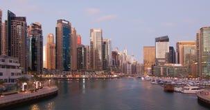 Puerto deportivo de Dubai a partir del día a la noche Lapso de tiempo metrajes