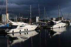 Puerto deportivo de la costa de Ipswich con las nubes de tormenta Imagen de archivo