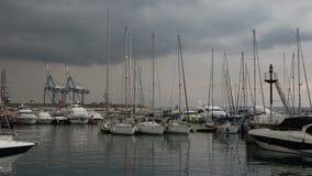 Puerto deportivo de Larnaca con los yates y las nubes almacen de video