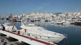 Puerto deportivo de Marbella, España almacen de metraje de vídeo