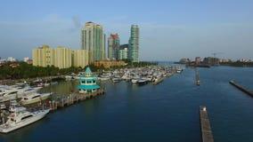 Puerto deportivo de Miami Beach en la oscuridad almacen de video