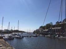 Puerto deportivo de Porthmadog rodeado por las cabañas de piedra fotos de archivo libres de regalías