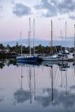 Puerto deportivo del barco con reflexiones en la puesta del sol Foto de archivo
