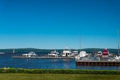 Puerto deportivo del faro y del barco en Petosky, Michigan Imagenes de archivo