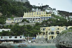 Puerto deportivo del mar y casas agradables foto de archivo libre de regalías
